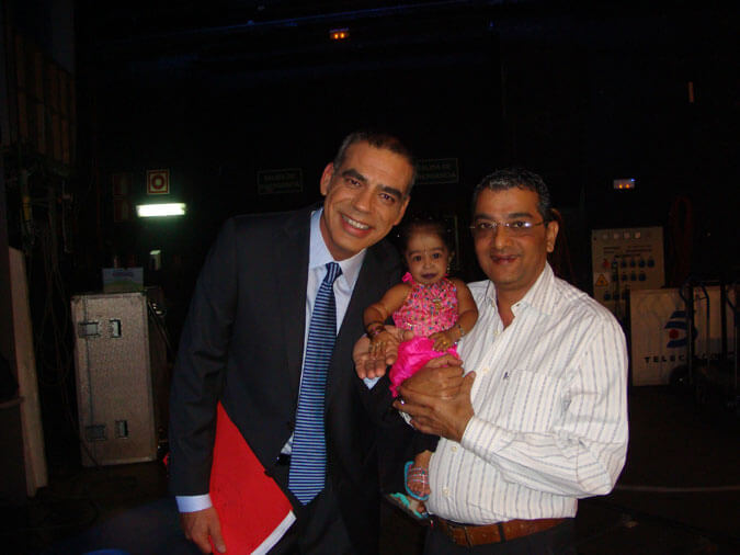 Mr. Govindani and Jyoti Amge with Nacho Abad, the host of the show Rojo y Negro